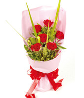 6 Red roses with rich crstal grass