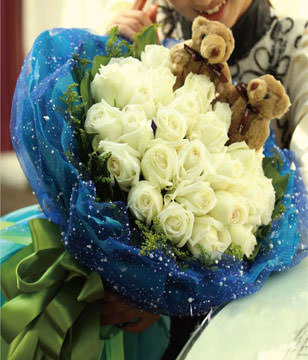 33 white roses with 2 teddy bears