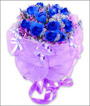 9 blue roses with lilies around